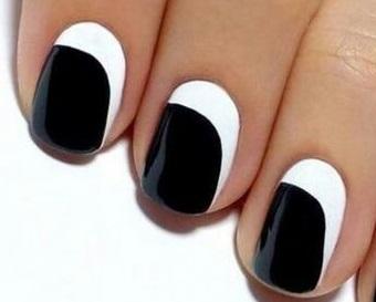 Modern fekete és fehér köröm